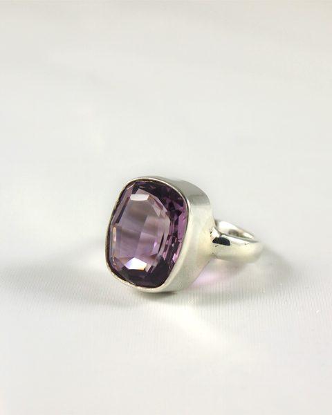 Amethyst Ring mit top facettiertem Stein