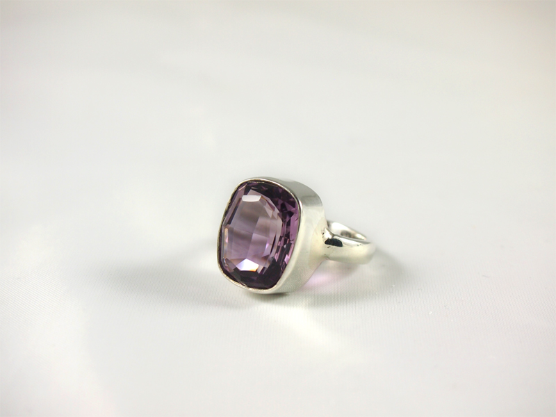 Amethyst Ring mit top facettiertem Stein