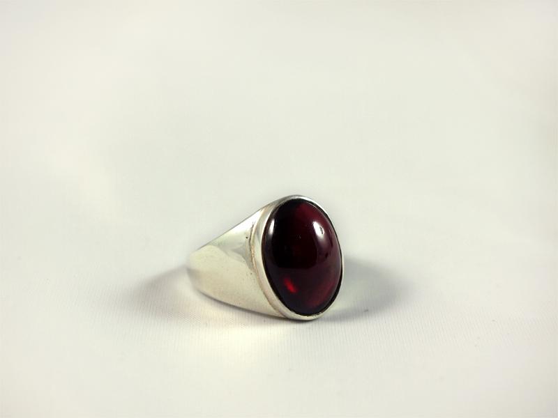 Granat Ring, 9,3 gramm, breiter steg, ovaler stein, tiefes rot