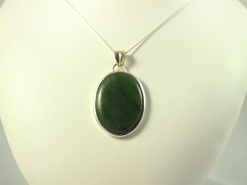 Nephrit Anhänger, 17 gramm, oval rund, jade, tiefes grün