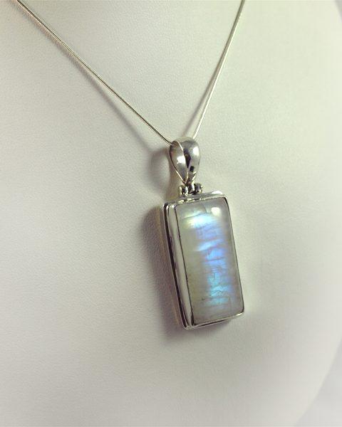 Regenbogen-Mondstein, 15 gramm, länglich form, überwiegend blau