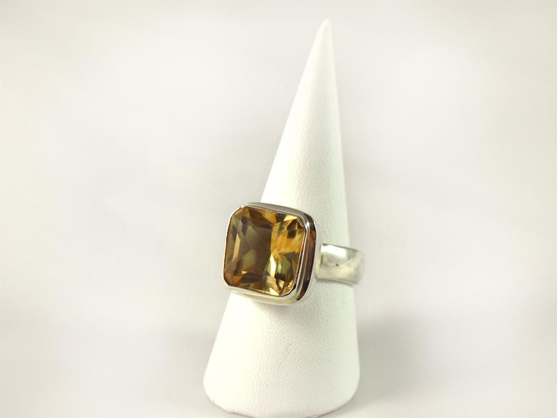 Zitrin Ring, 10,4 gramm, facettiert, gelb grün, quadratisch