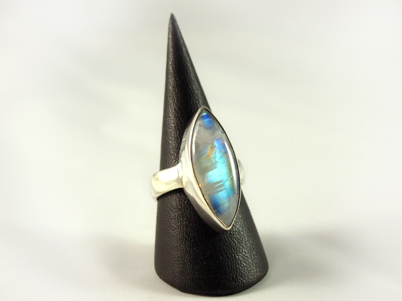Regenbogenmondstein Ring, 8, 6 gramm, kräftiger schiller, längliche form