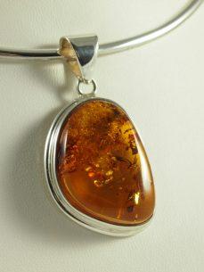 Bernstein Anhänger, 12,4 gramm, schönes goldgelb, Einschlüsse flinten