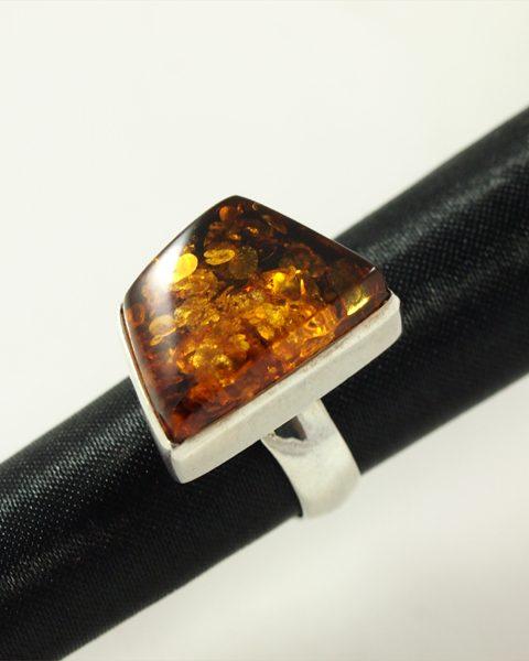 Bernstein Ring, 10,5gramm, kantige form, einschlüsse