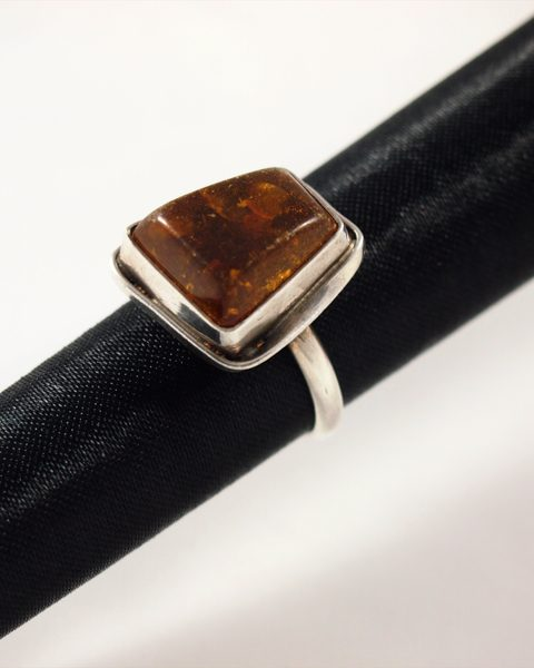 Bernstein Ring, 5,8 gramm, dunkle farbe, dunkles harz, rechteckige form
