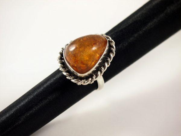Bernstein Ring, 9,7 gramm, dreieckig, silber geschwärzt, mittleres gelb
