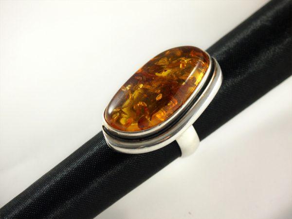 Bernstein Ring, 14,1 gramm, länglich, dunkler stein