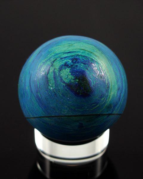 Azurit- Malachit Kugel natur aber nachgefärbt.