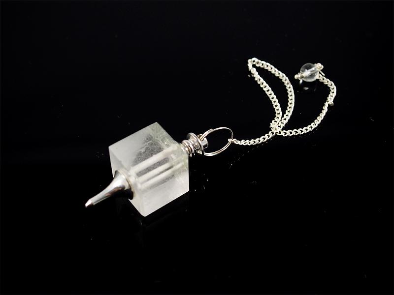 Pendel mit Bergkristall in Würfelform