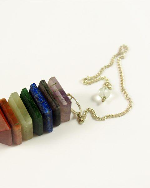 Pendel mit verschiedenen Halbedelsteinen