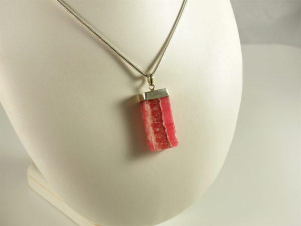 Rhodochrosit, kräftige Farbe, frei hängend, silberkappe,eckig,