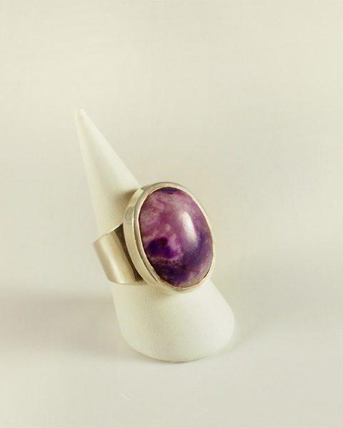 Sugilith, helles violett, top, oval, breiter steg