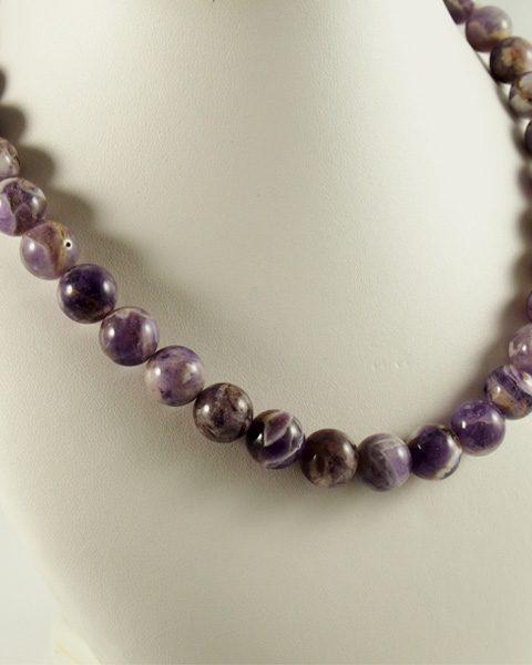 Amethyst, gebändert, kugelform, violetteln. kette, violett, weiß
