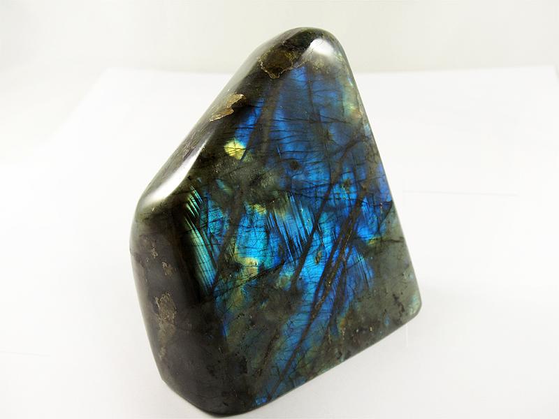 Labradorit, free form, tiefes blau, madagaskar,standfläche